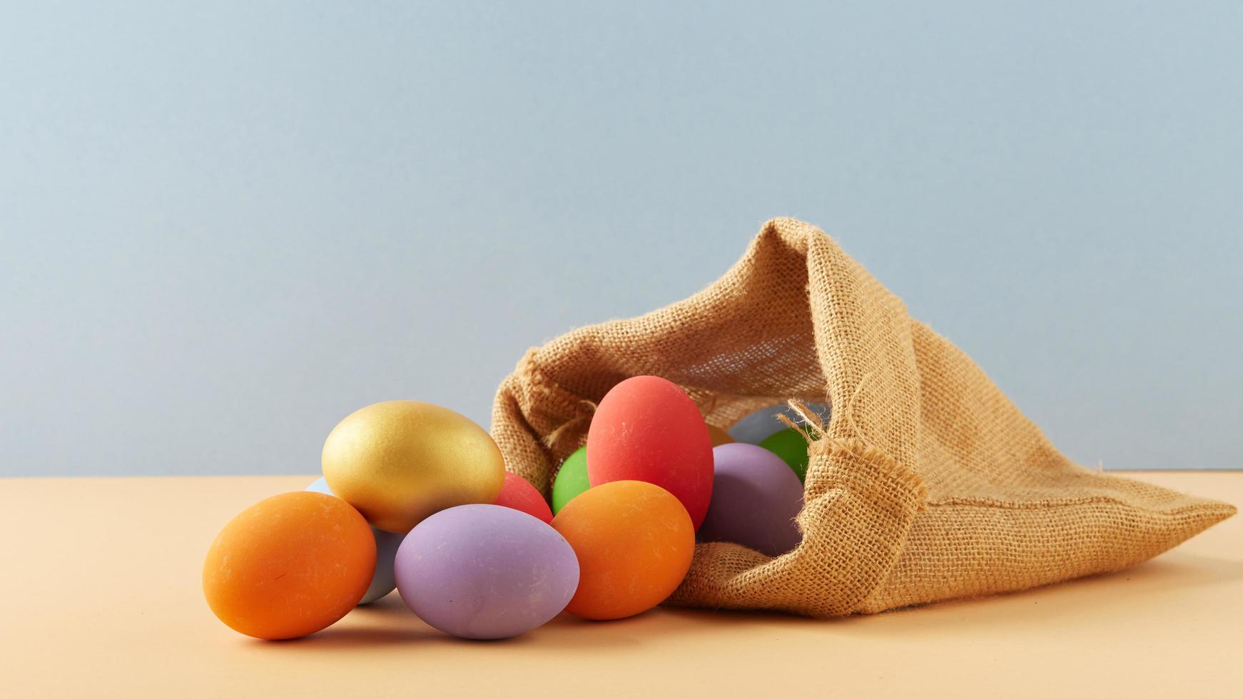 huevos de pascua en bolsa foto