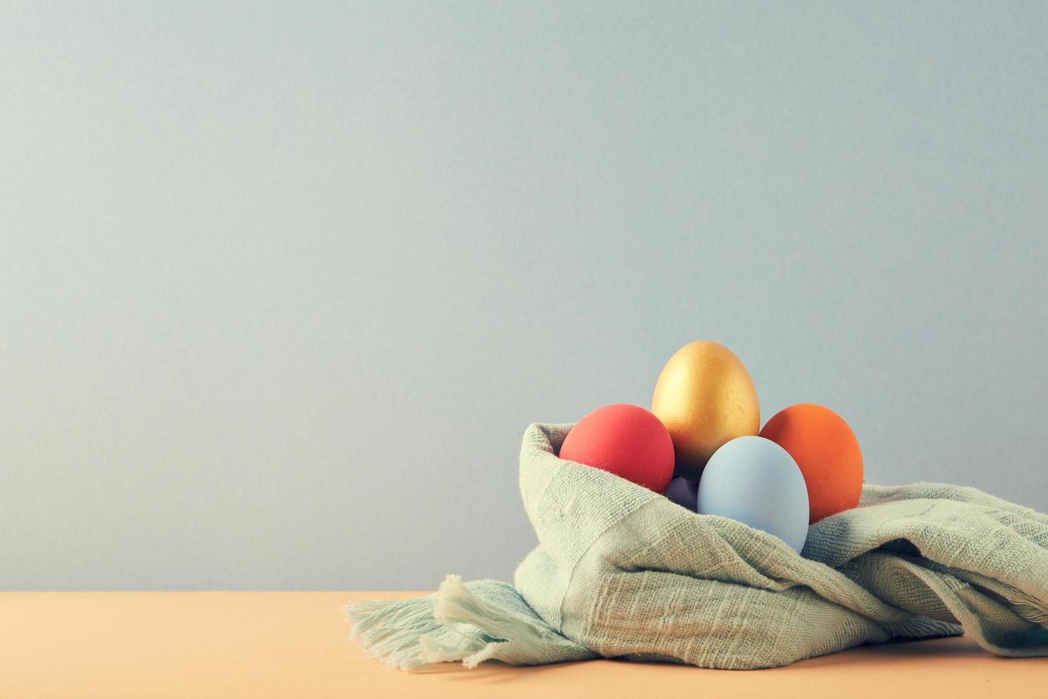 huevos de pascua en tela foto