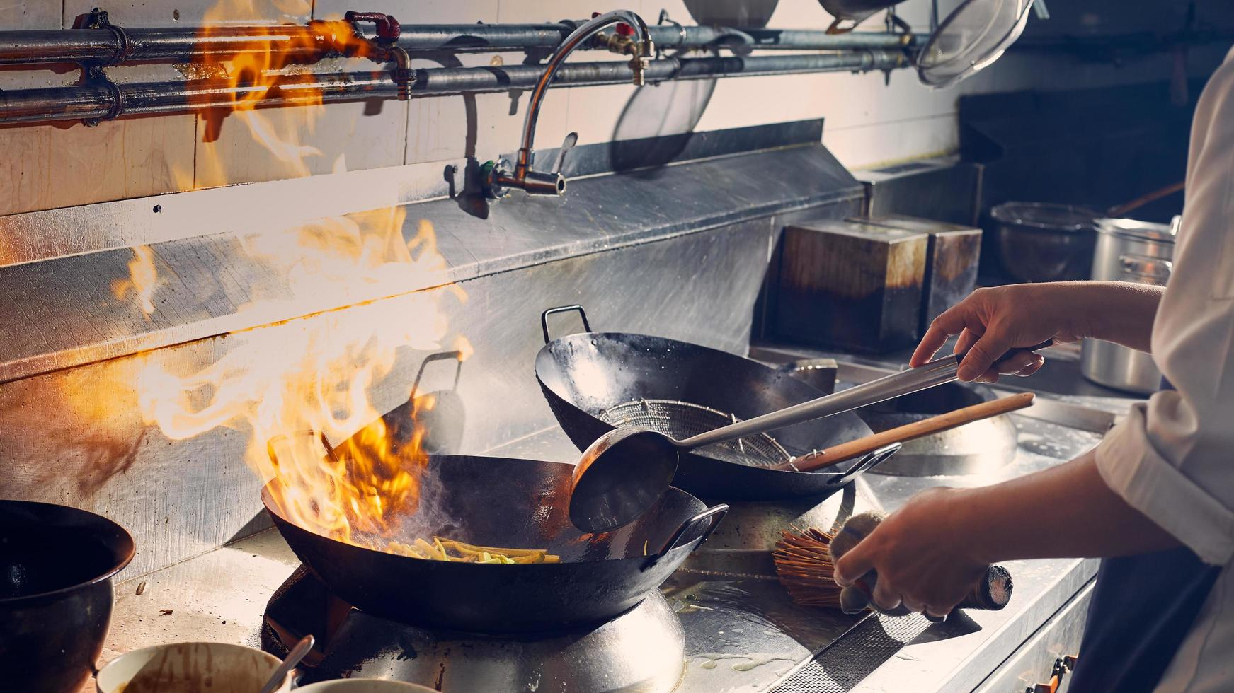 sofreír en un wok foto