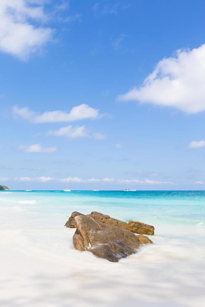 rocas en la playa en phuket foto