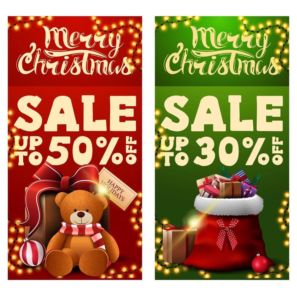 dos pancartas de descuento de navidad con bolsa de santa claus con regalos y presente con osito de peluche. Banners de descuento verticales rojos y verdes. vector