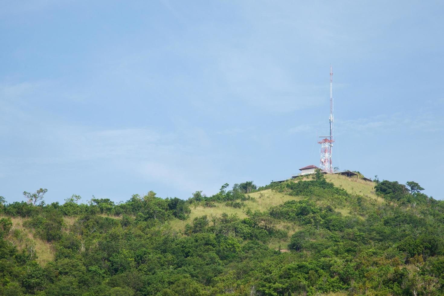 antena de telecomunicaciones en la colina foto