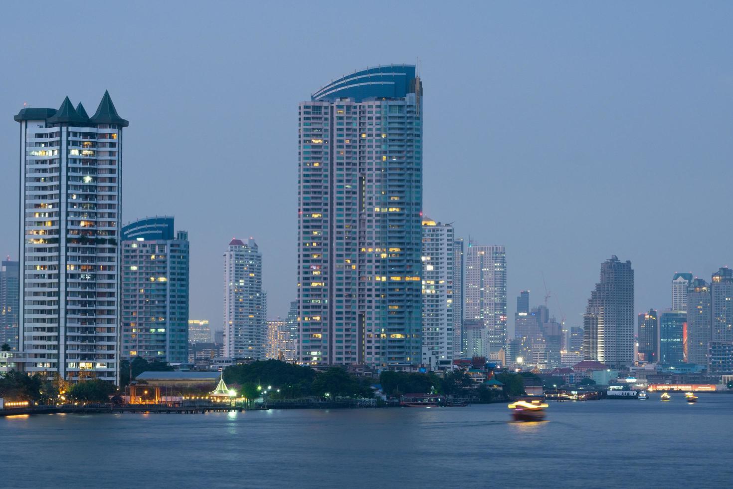 rascacielos y edificios cerca del río en bangkok foto