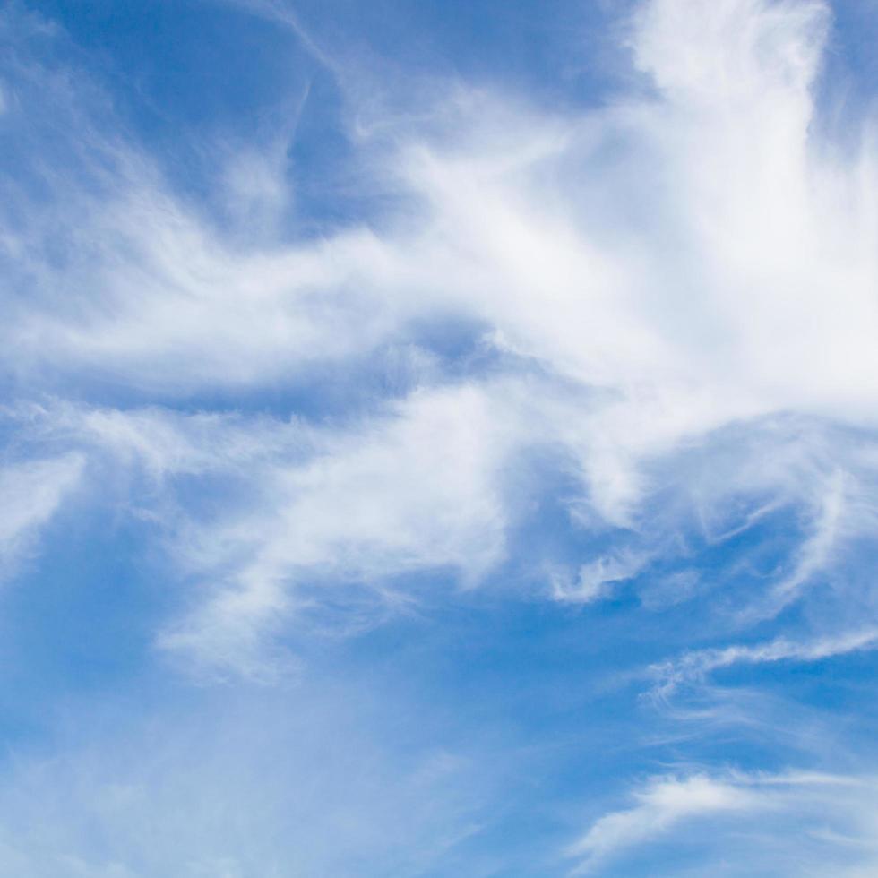 nubes en el cielo en primavera foto