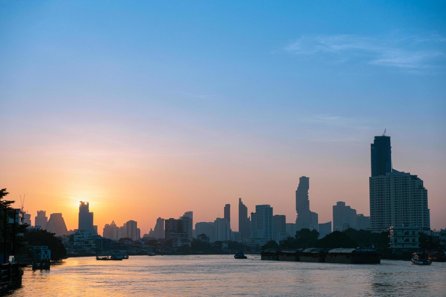edificios y rascacielos en bangkok foto