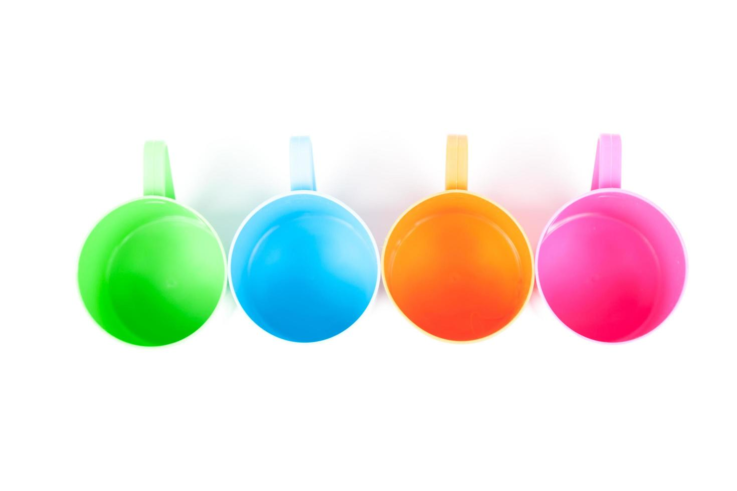 vasos de plástico multicolores foto