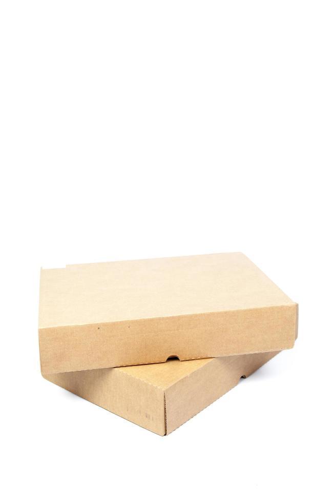 Cajas de papel marrón sobre un fondo blanco. foto