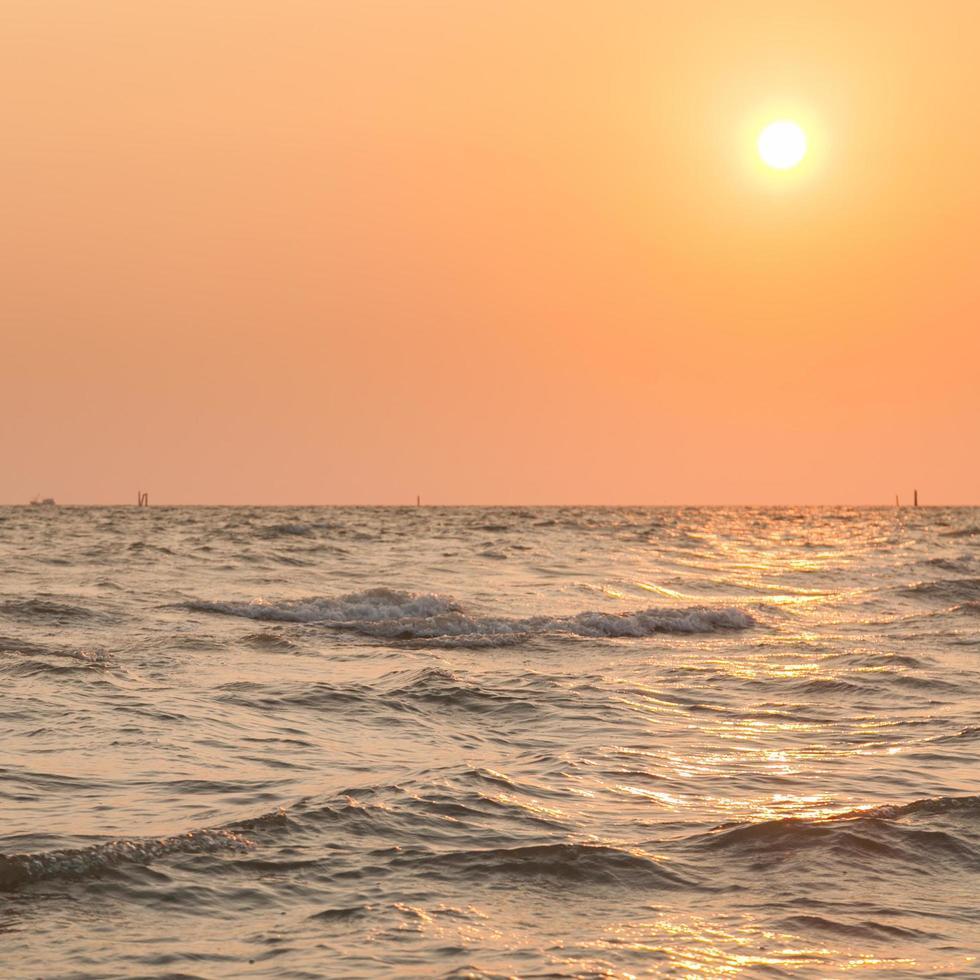 puesta de sol sobre el mar foto