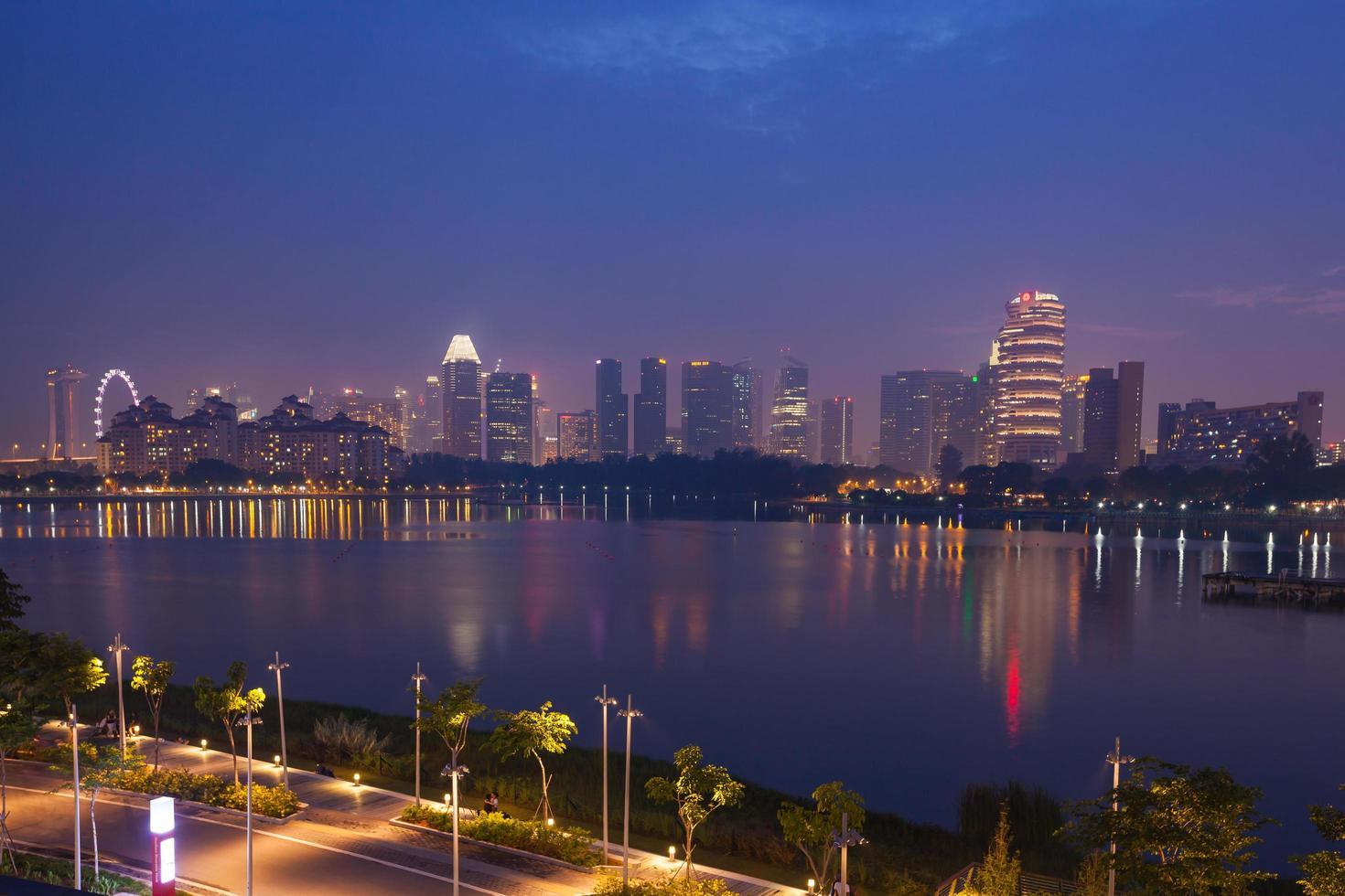 paseo marítimo de singapur por la noche foto