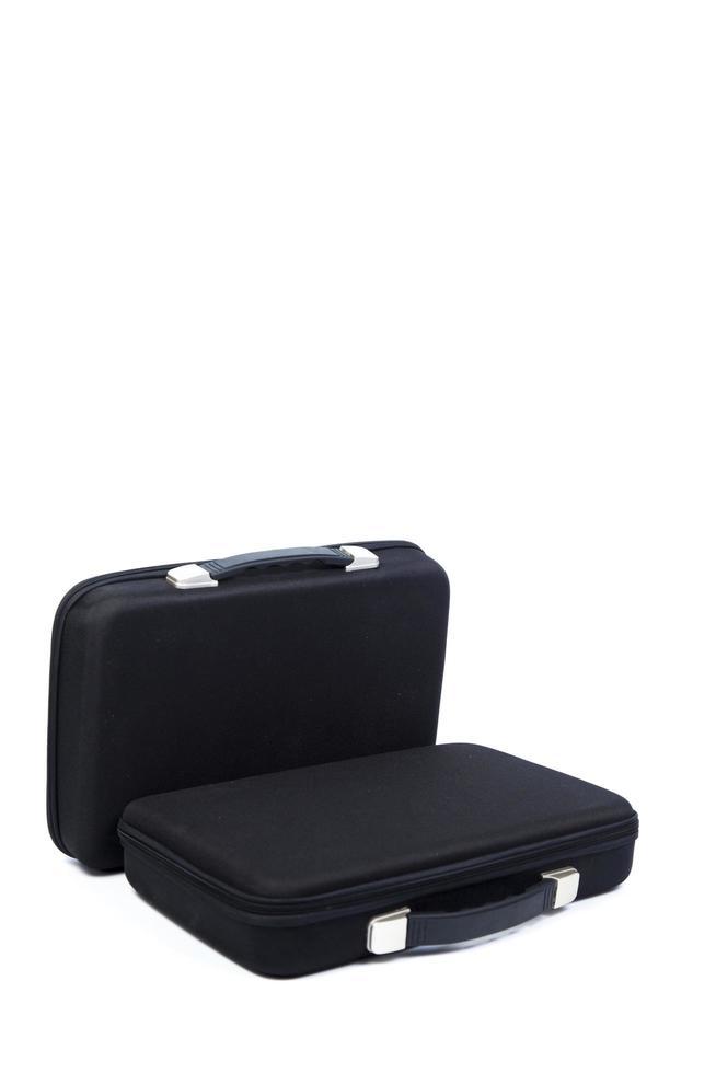 Dos maletines negros sobre fondo blanco. foto
