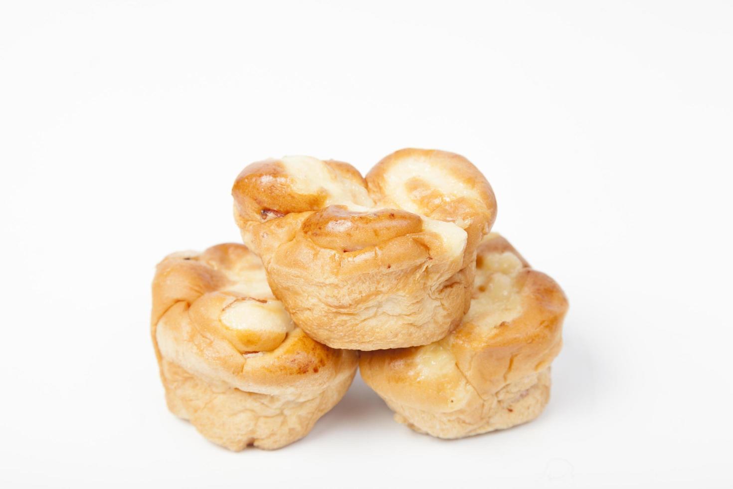 Tres piezas de pan sobre fondo blanco. foto