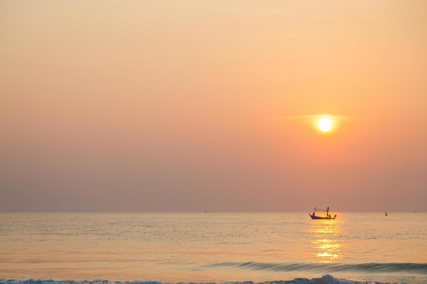 barco de pesca en el mar al amanecer foto