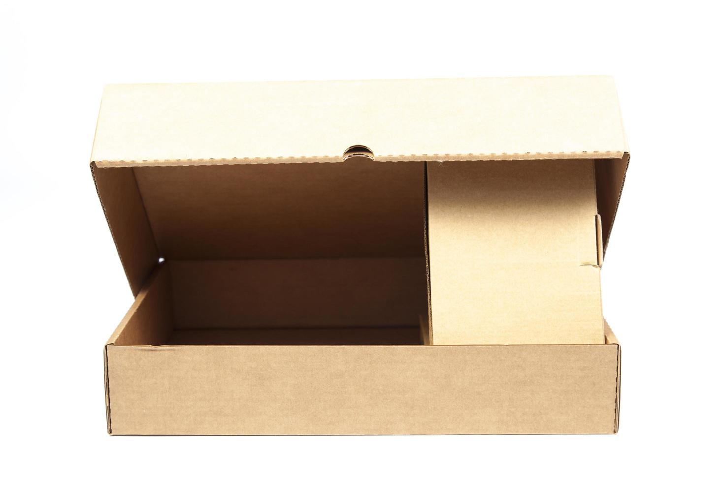Caja de papel marrón sobre fondo blanco. foto