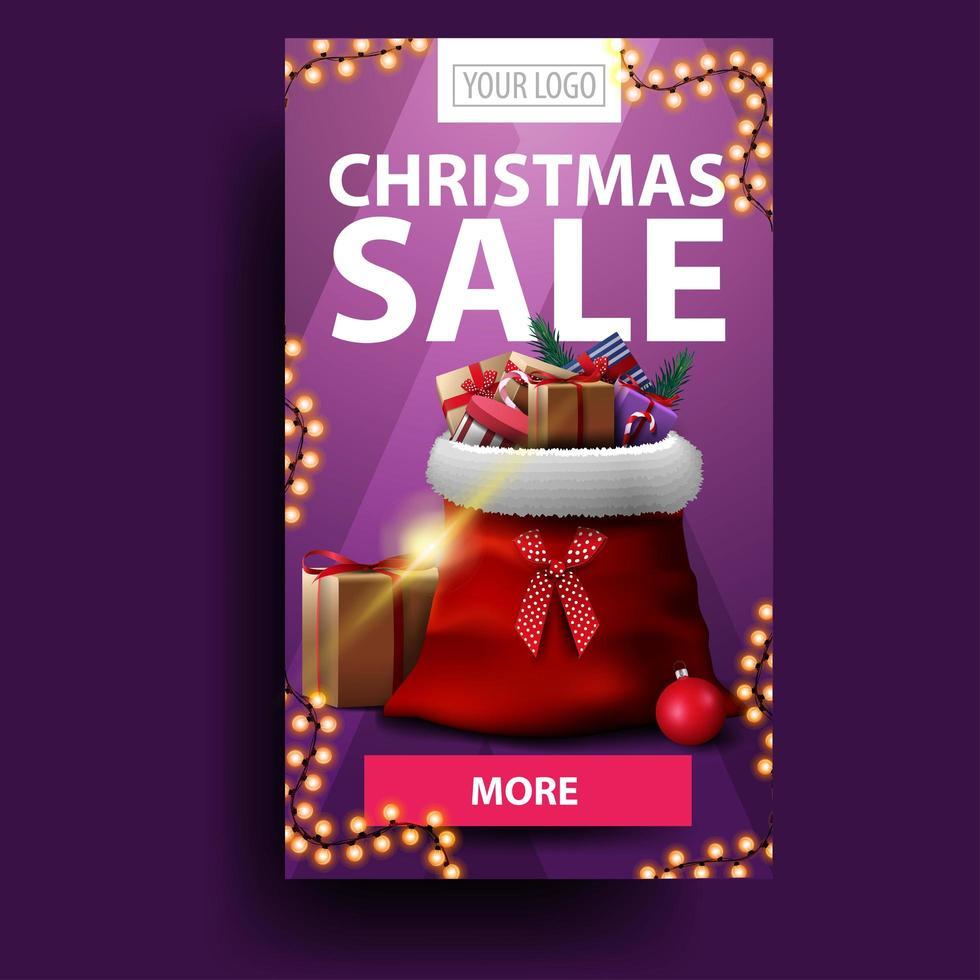 Venta de Navidad, banner vertical de descuento moderno con botón, lugar para su logotipo y bolsa de santa claus con regalos vector