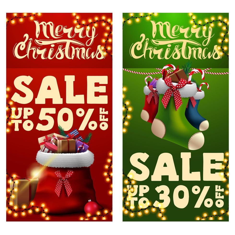 dos pancartas de descuento navideño con bolsa de santa claus con regalos y medias navideñas. Banners de descuento verticales rojos y verdes. vector