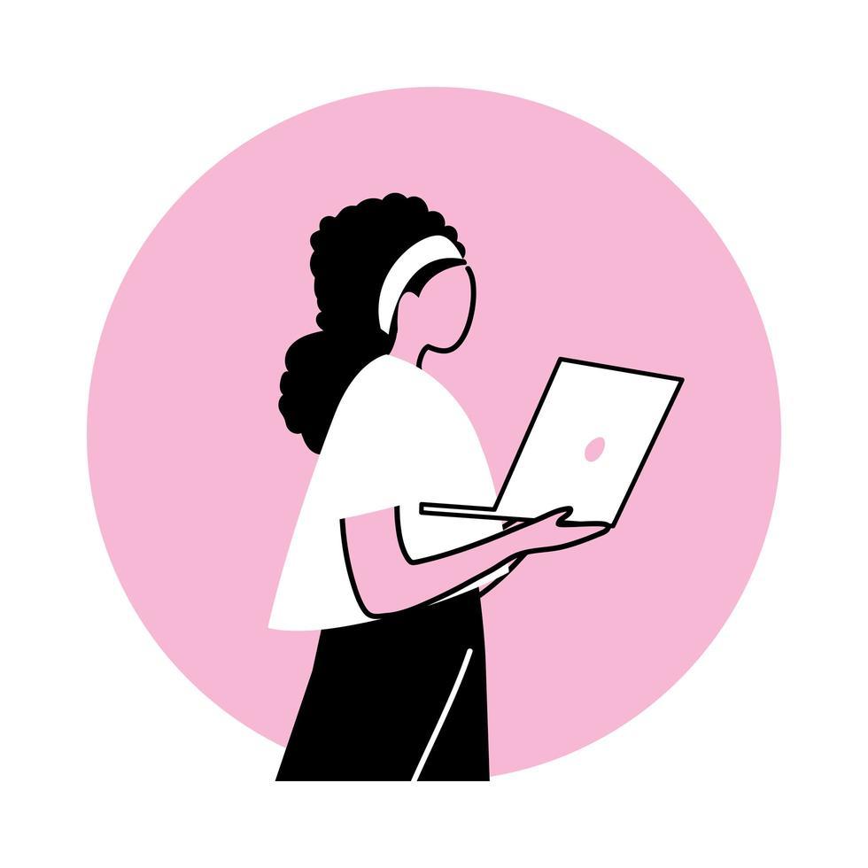 mujer joven, usar una computadora portátil vector