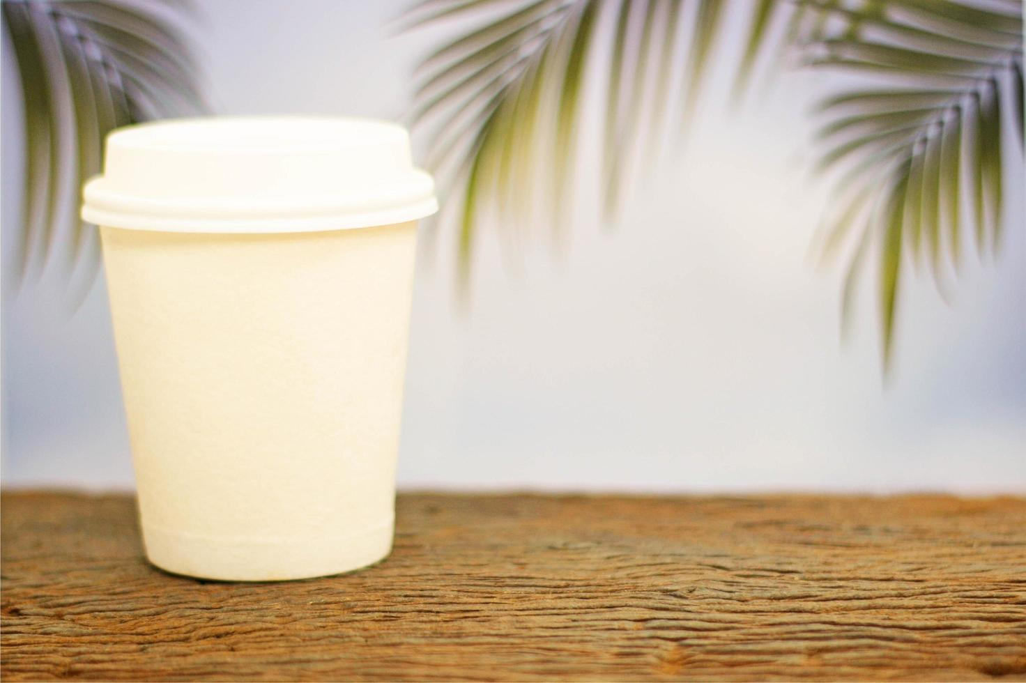 taza de café para llevar con palmeras foto