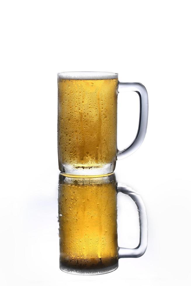 jarra de cerveza con reflejo foto