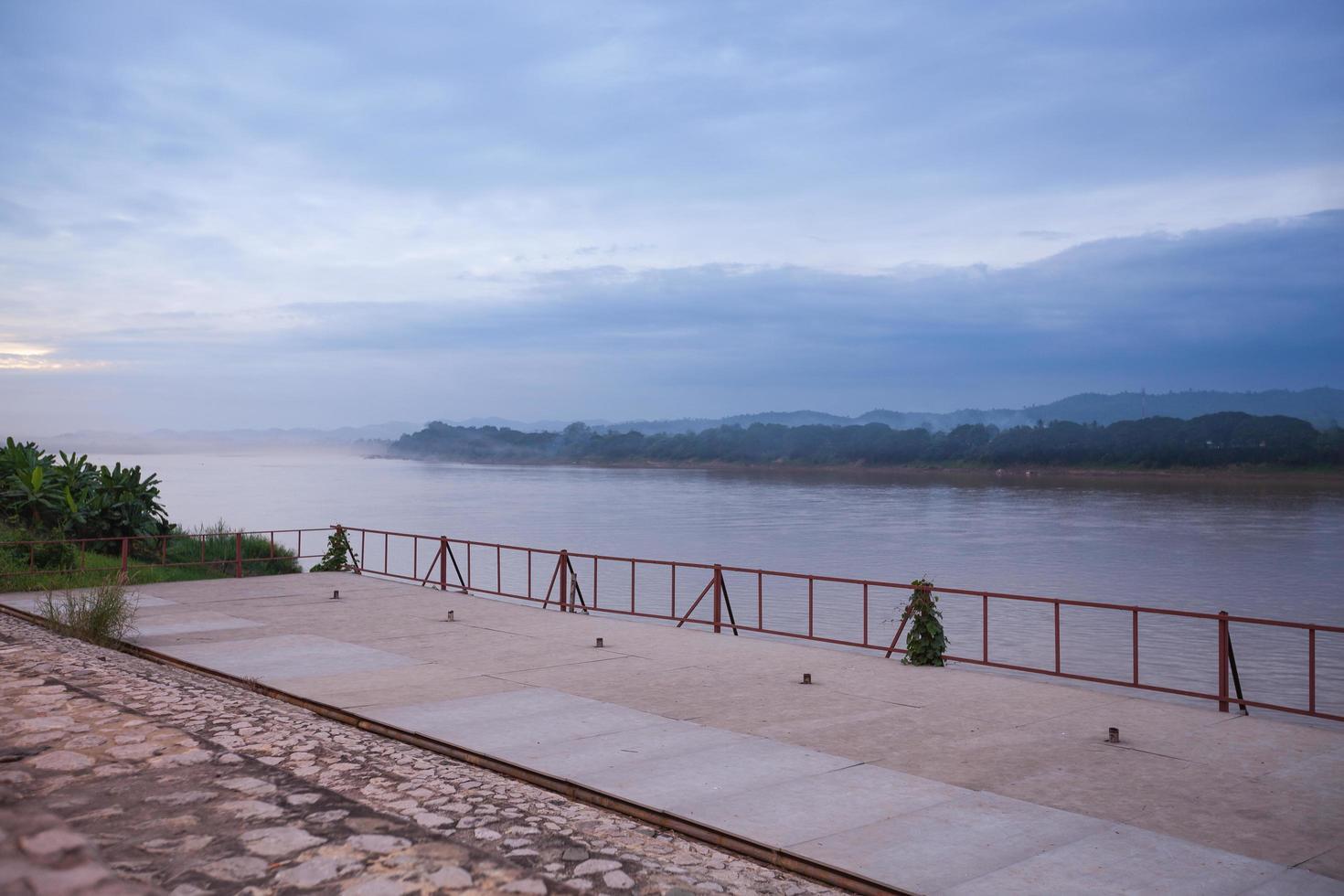 río mekong al atardecer foto