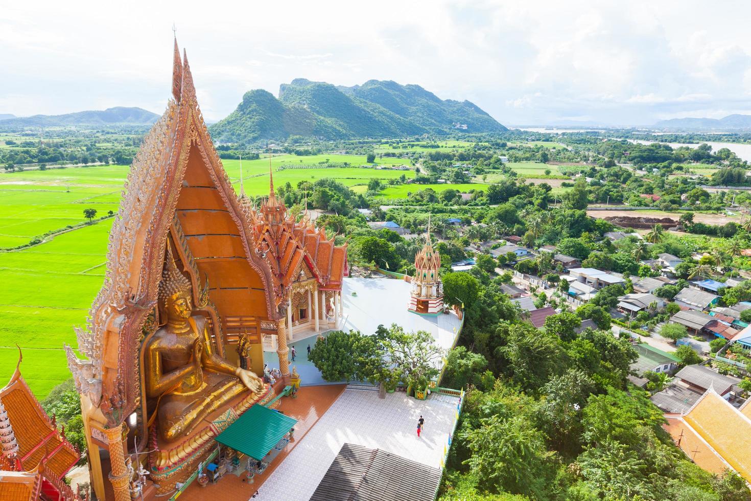 templo de la cueva del tigre en tailandia foto