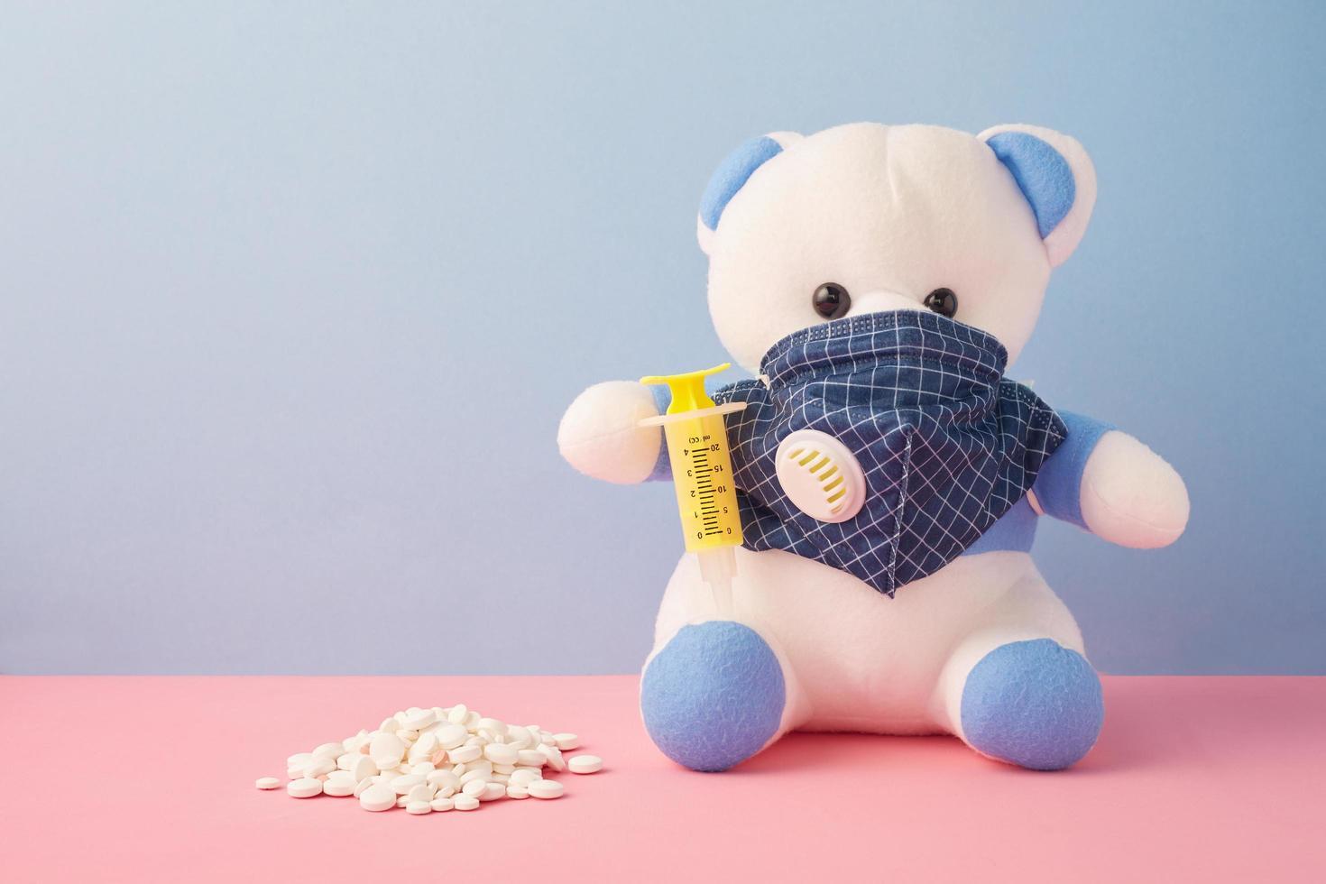 oso con mascarilla y medicina foto