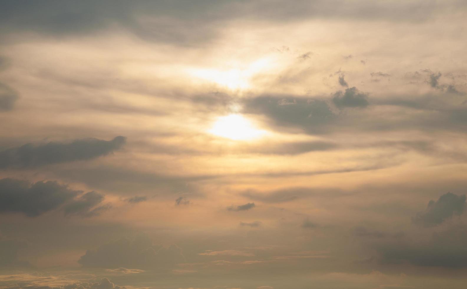 nubes y cielo al atardecer foto