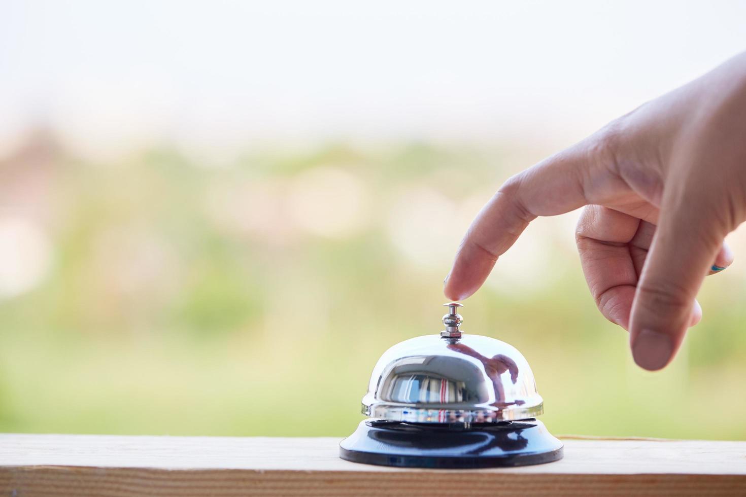 persona tocando una campana de servicio foto