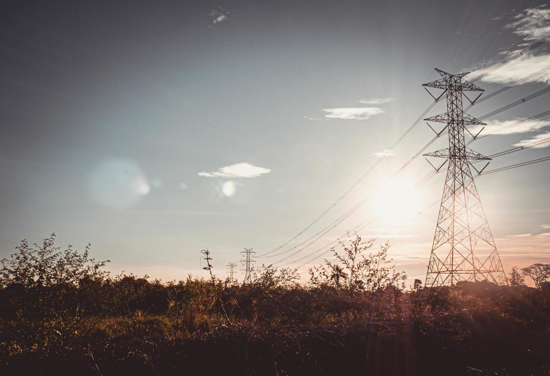 silueta de torre de alta tensión con cables eléctricos foto