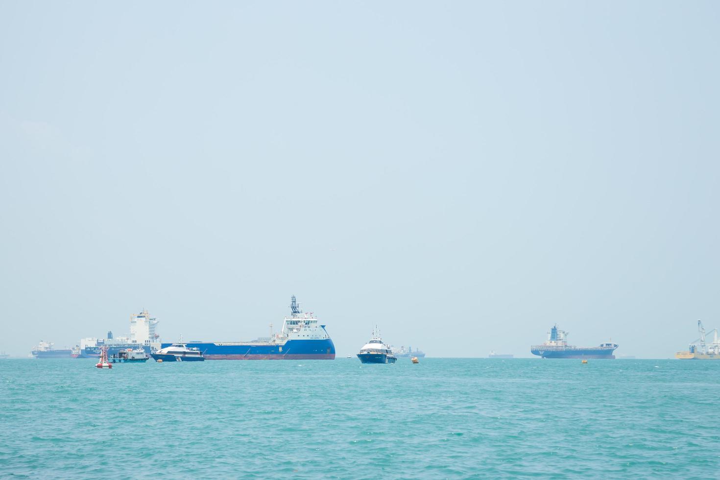 grandes buques de carga en el mar foto