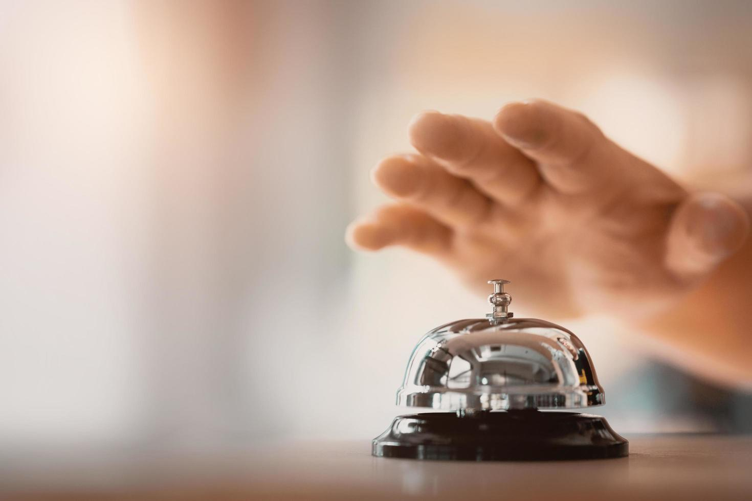 campana de servicio y mano foto