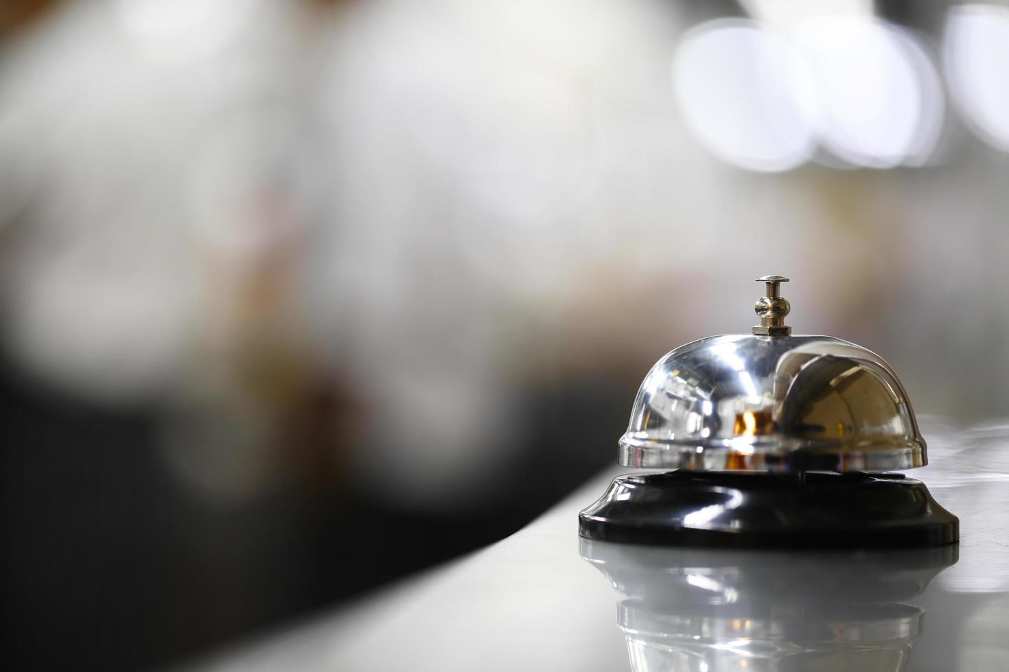 campana de servicio en superficie metálica foto