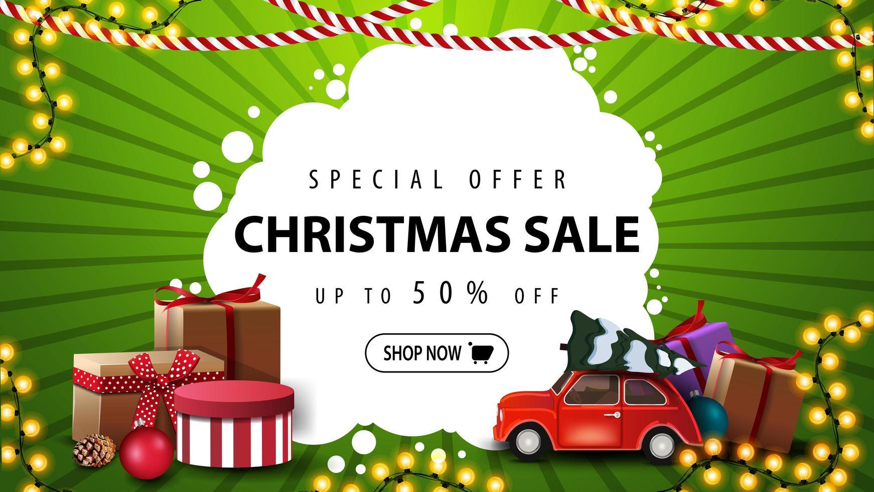 oferta especial, rebajas navideñas, hasta 50 de descuento, pancarta verde y blanca con regalos, guirnalda y un auto antiguo rojo con árbol de navidad vector