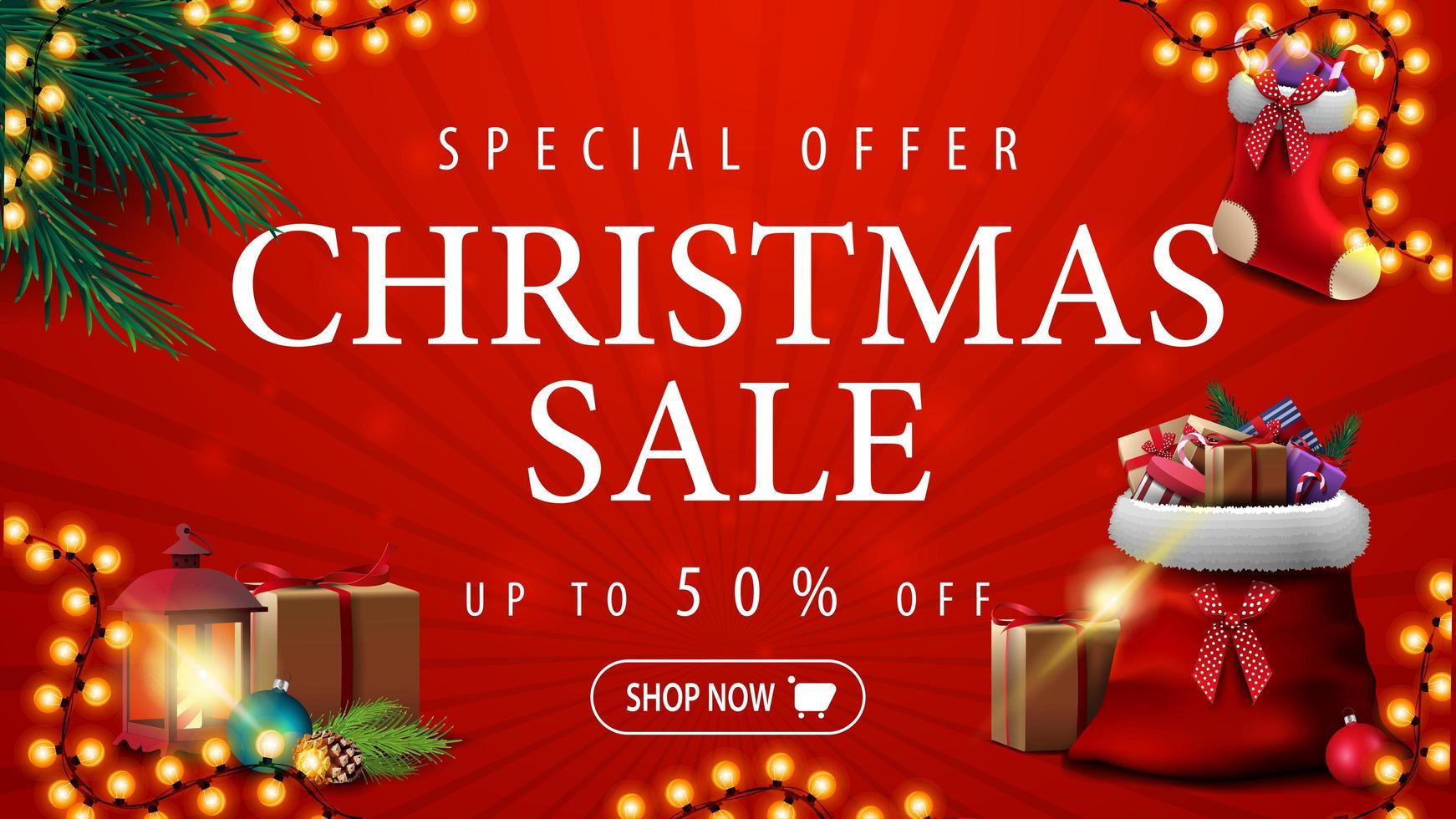 oferta especial, venta de navidad, hasta 50 de descuento, banner de descuento rojo con guirnalda, ramas de árbol de navidad, calcetín navideño y bolsa roja de santa claus con regalos vector