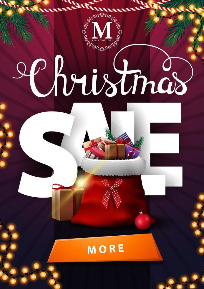Venta de Navidad, banner vertical de descuento púrpura con grandes letras volumétricas, guirnaldas, botón y bolsa de santa claus con regalos. vector
