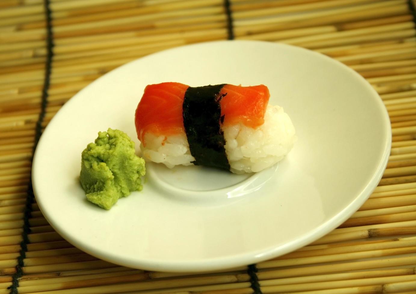 rollo de sushi en un plato foto