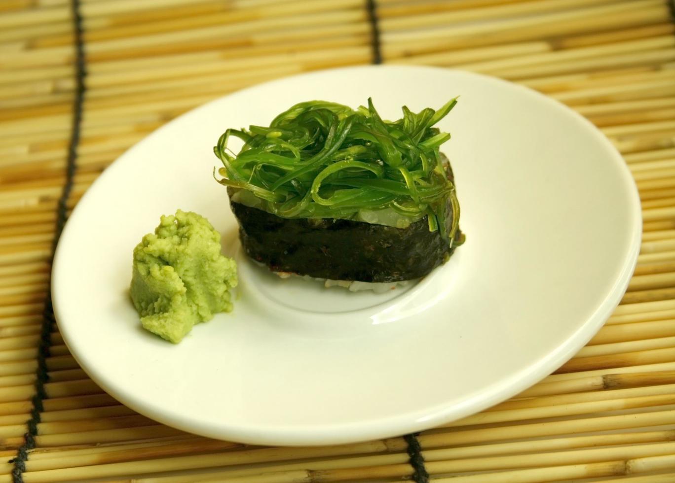 rollo de sushi verde foto
