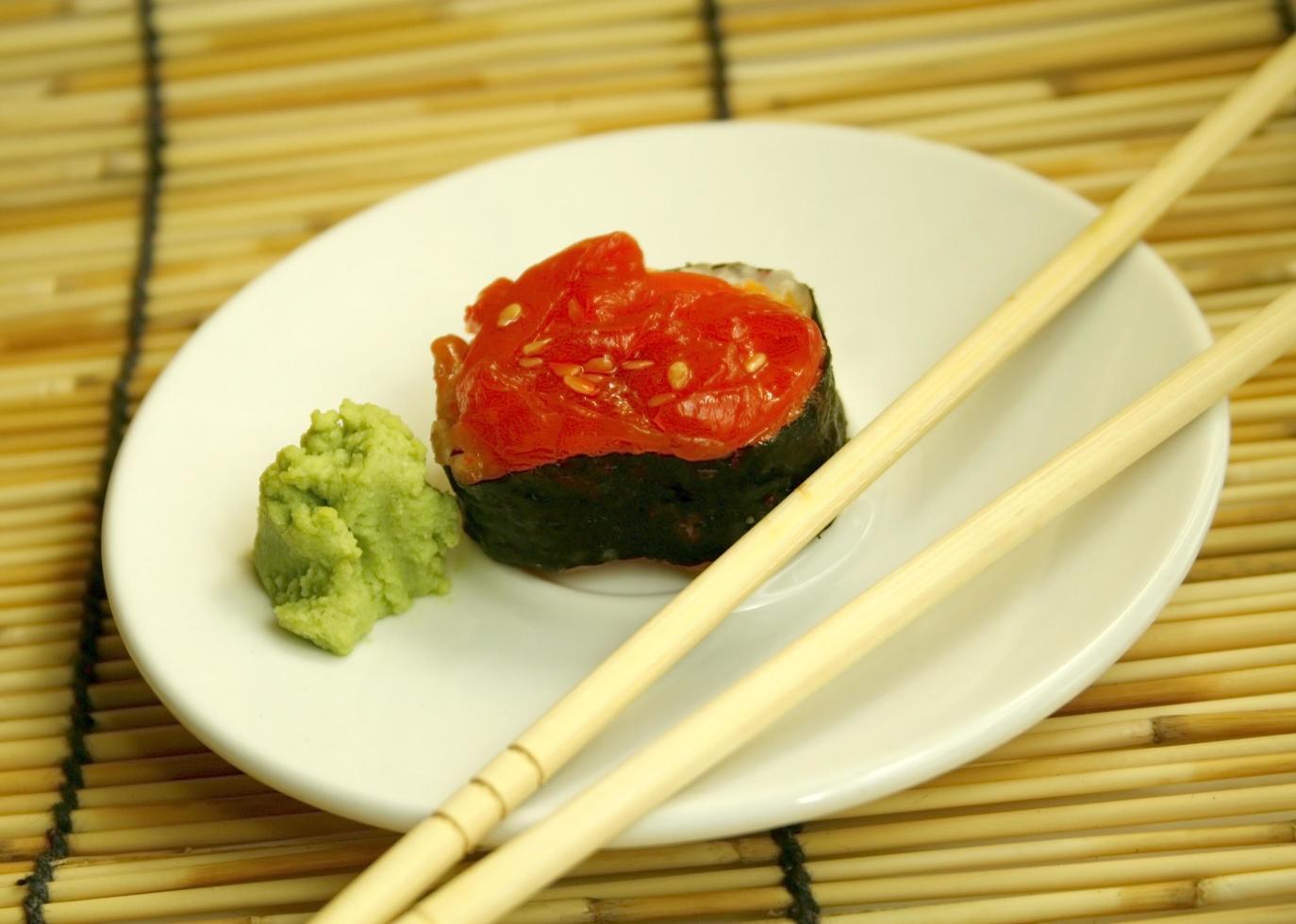 sushi rojo y wasabi foto