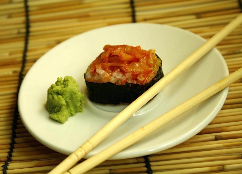 rollo de sushi y palillos foto