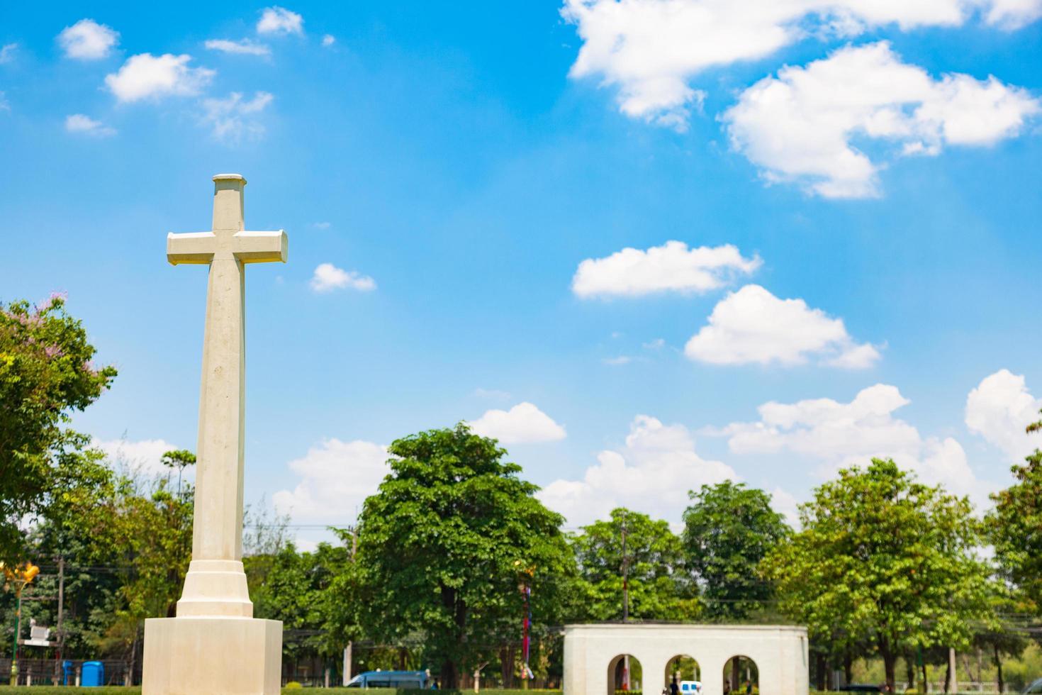 cruz en el cementerio de bangkok foto