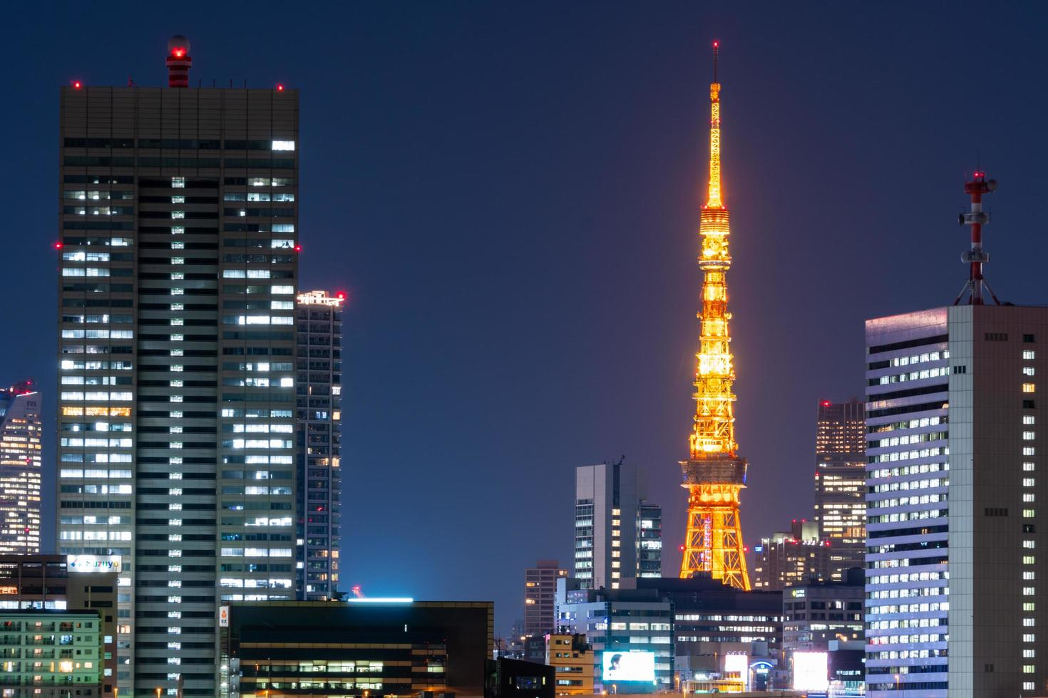 torre de tokio y paisaje urbano en japón foto