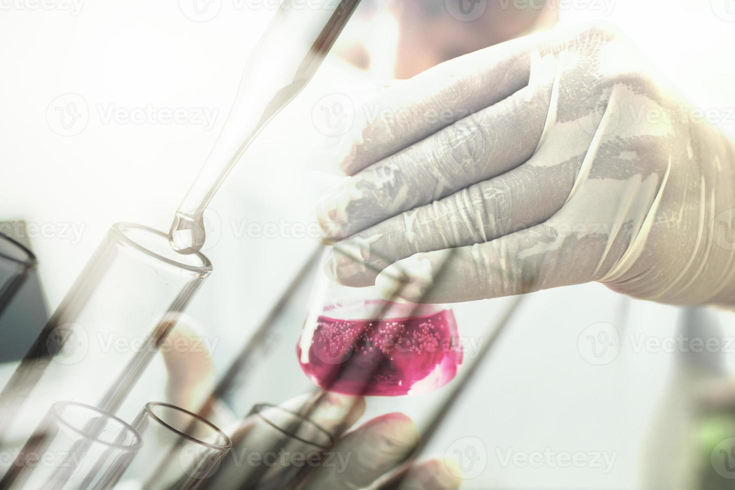 Experimento o científico sosteniendo el tubo de ensayo en el laboratorio de ciencias foto