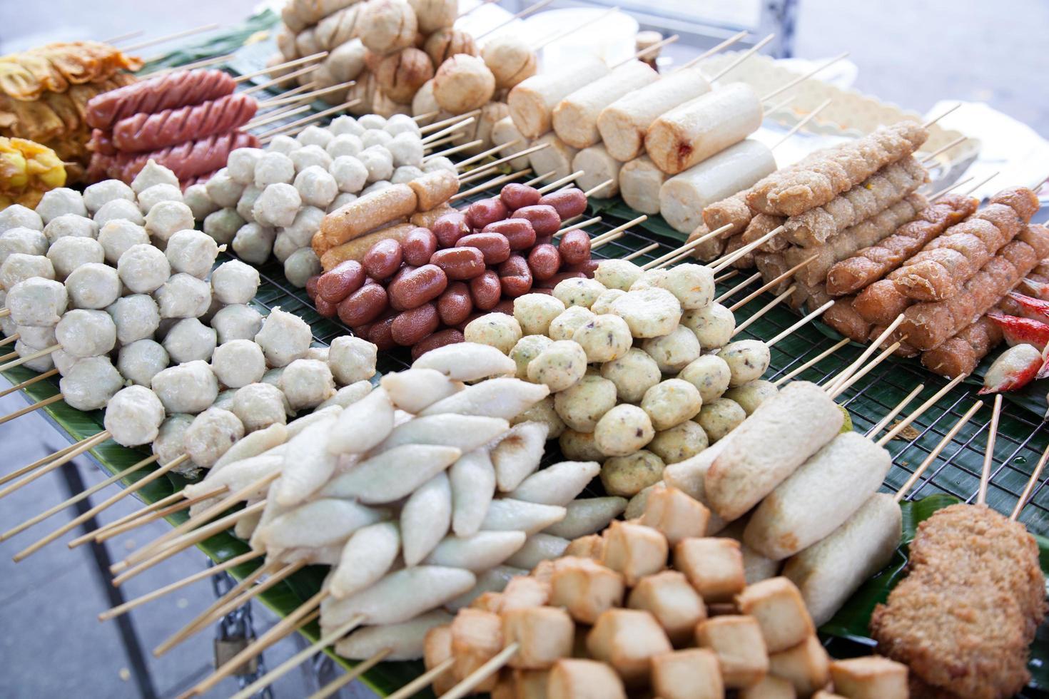 albóndigas fritas en un vendedor ambulante foto