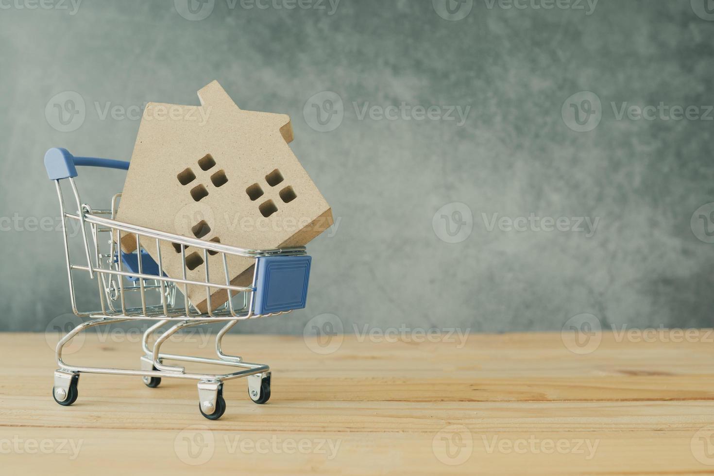 casa modelo en un carrito de compras foto