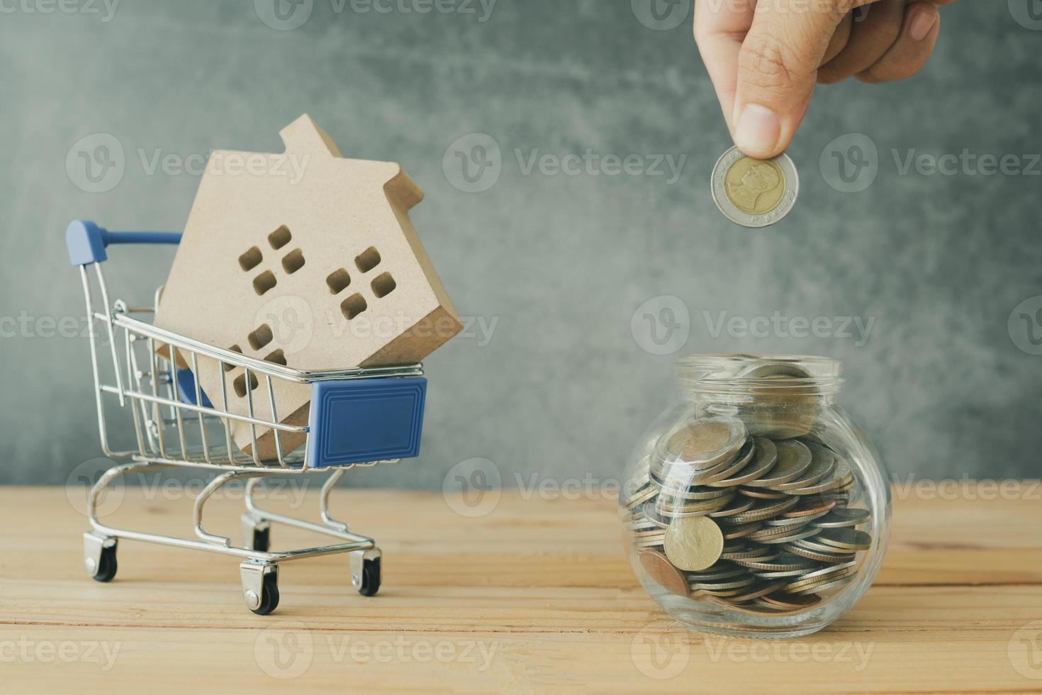 persona poniendo dinero en un frasco foto