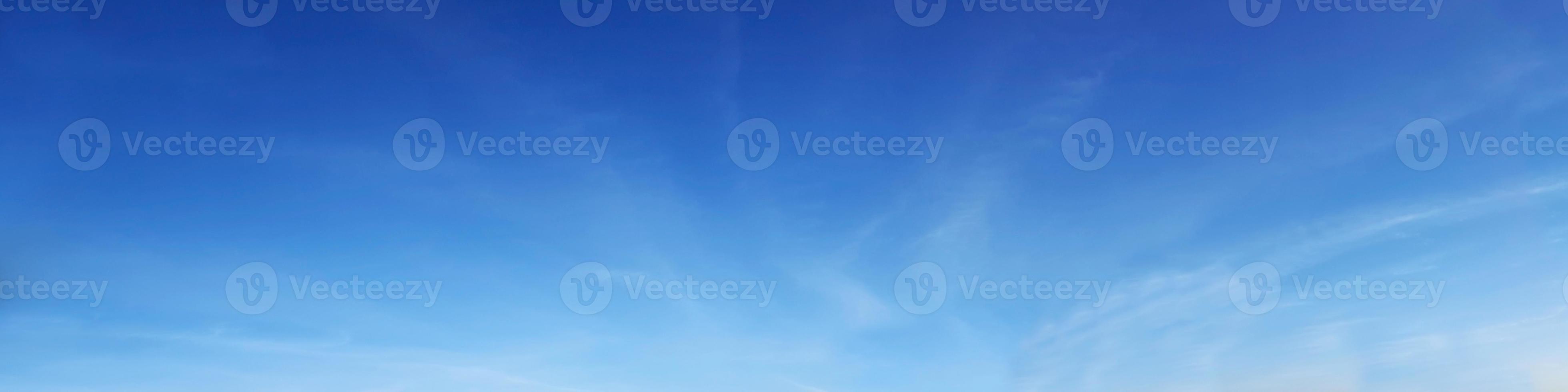 cielo con nubes en un día soleado foto