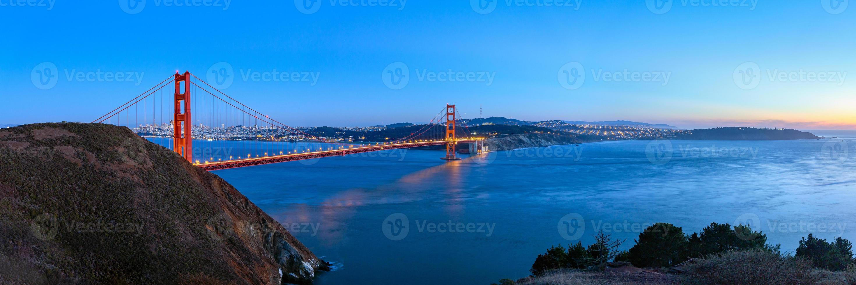 Puente Golden Gate en el crepúsculo, San Francisco, EE. foto