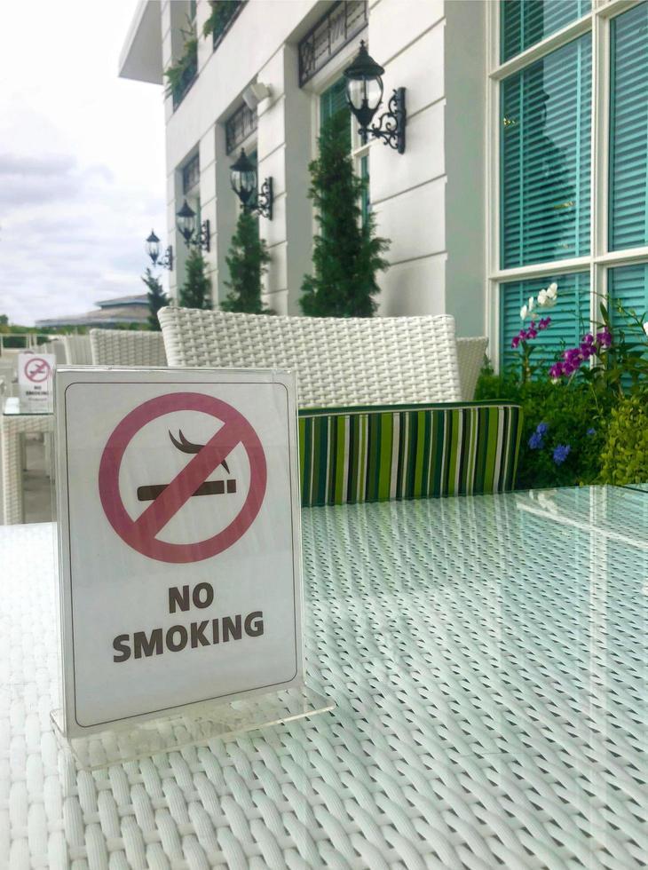 cartel de no fumar en la mesa foto