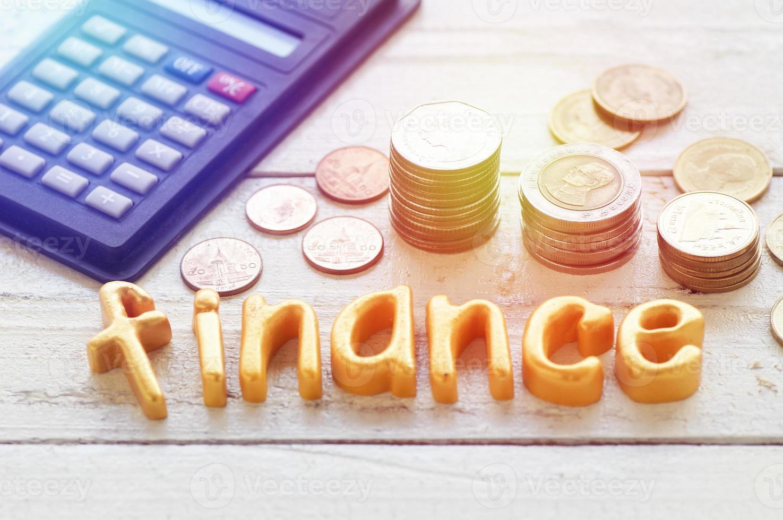 Finanzas cartas con monedas y una calculadora. foto