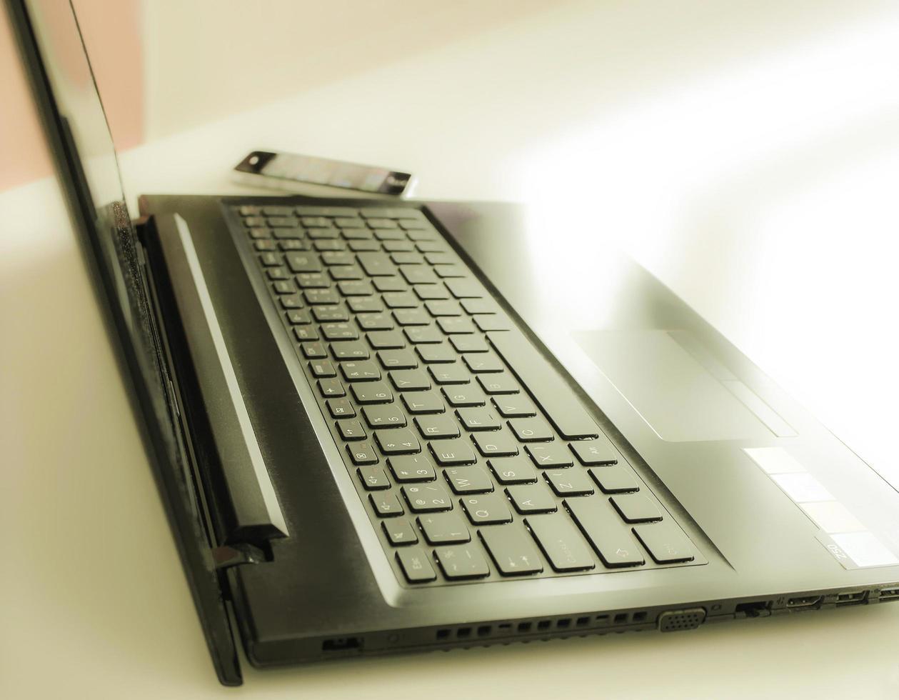 computadora portátil y teléfono en un escritorio foto