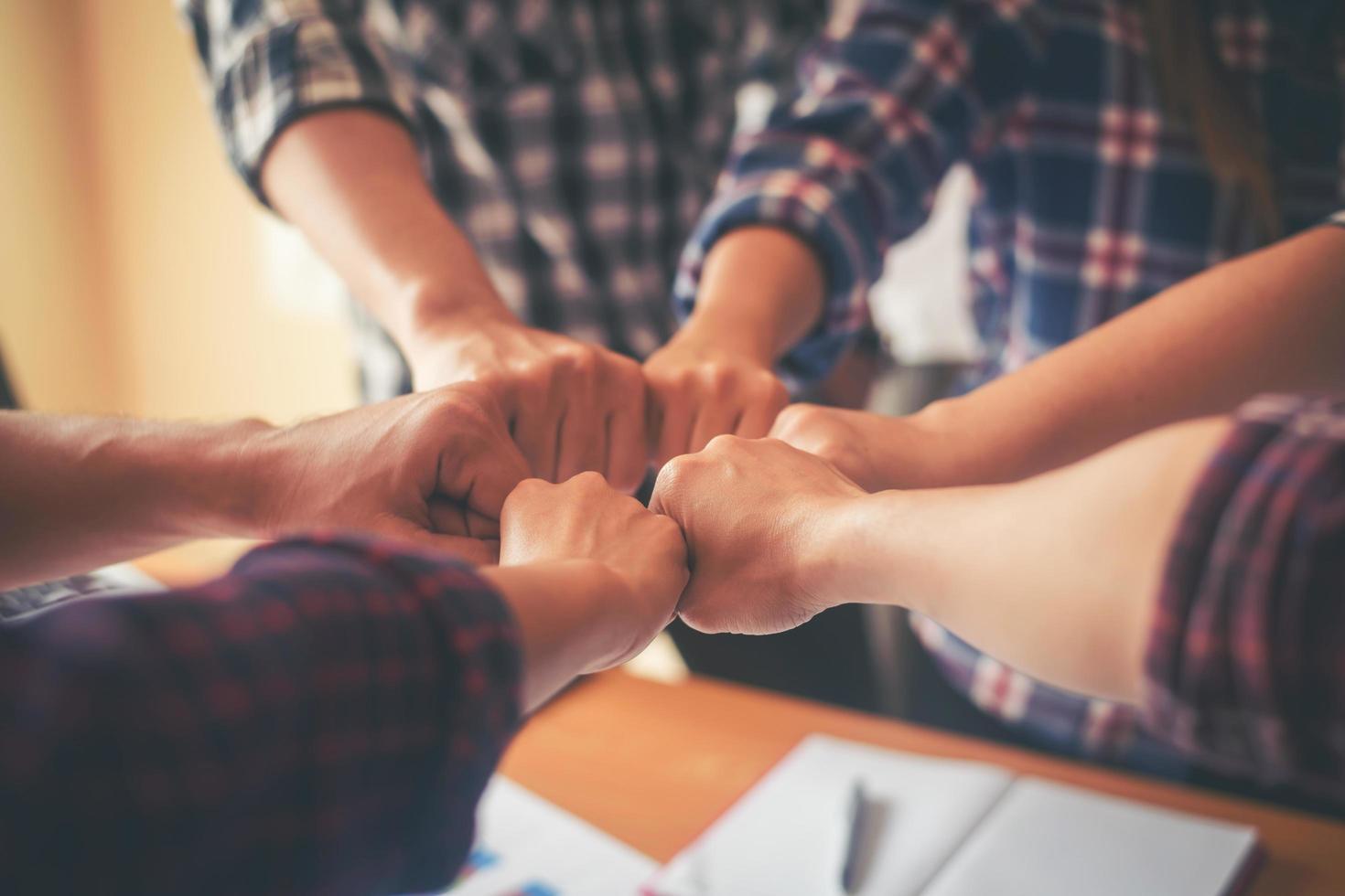 equipo de negocios une sus manos foto
